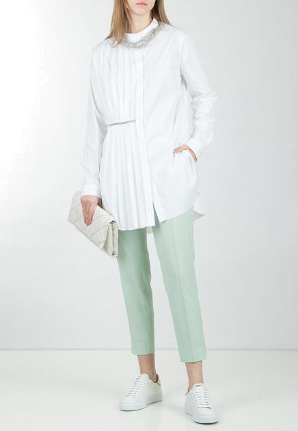 Мятные брюки и белые рубашка, кеды и клатч от FABIANA FILIPPI.